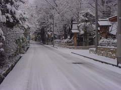 静まり返る、厳冬の穂高神社沿いの路地.JPG
